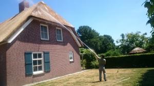 rieten dak spuiten tegen mos en alg sprayen impregneren
